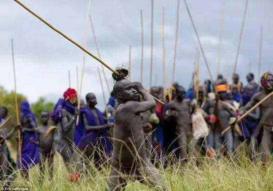 非洲传统野性 最后的原始部落文化习俗--Donga fighting多戈加长棍比赛