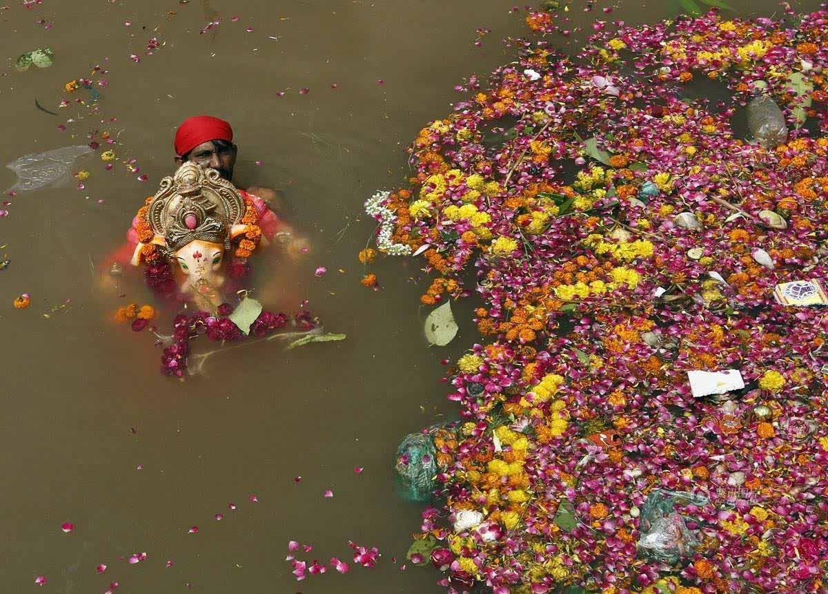 印度人在被污染的河流内庆祝宗教甘尼许节
