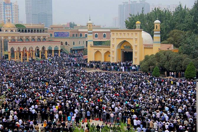 维吾尔族信仰--历史上,维吾尔族曾经信仰过萨满教、摩尼教、祆教、景教和佛教等。10世纪末,喀拉汗王朝开始信奉伊斯兰教。到了公元15世纪时,伊斯兰教在维吾尔族地区逐渐占据统治地位。