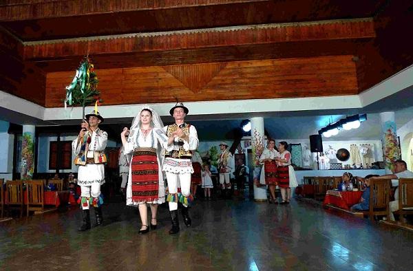 罗马尼亚风土人情--罗马尼亚乡村传统婚俗