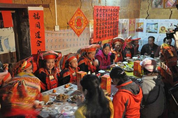 瑶族的饮食习俗--瑶族居民的主食以玉米、大米、红薯等为主,日常菜肴有黄豆、饭豆、南瓜、辣椒和家禽家畜等。