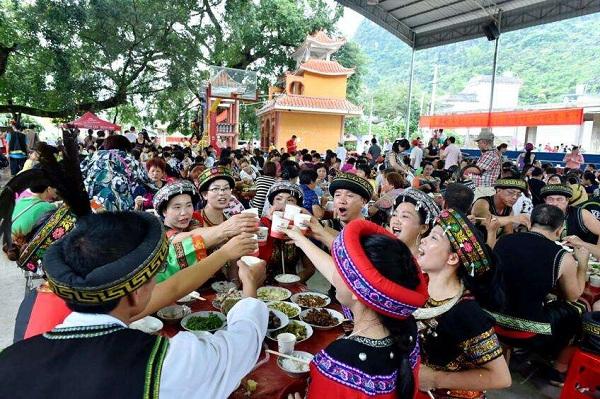 瑶族的饮食习俗--举行婚礼时,都要大摆筵席,按传统习惯,婚宴上必须要请寨老参加,新郎新娘饮交杯酒。