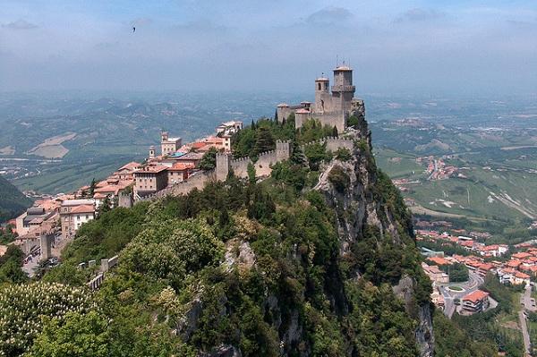 圣马力诺旅游指南--蒂塔塔山(Monte Titano)之上的圣马力诺
