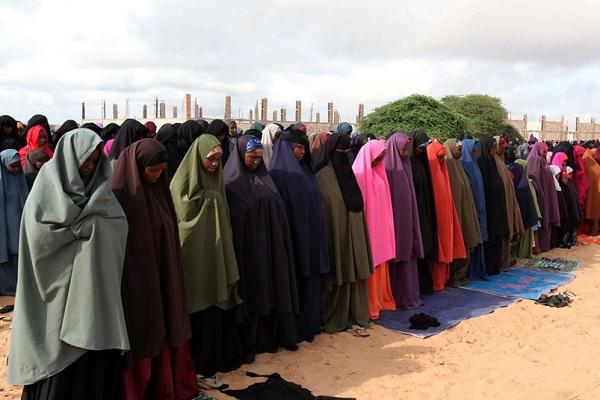 索马里2018法定节假日一览--首都摩加迪休参加宰牲节首日祈祷的妇女