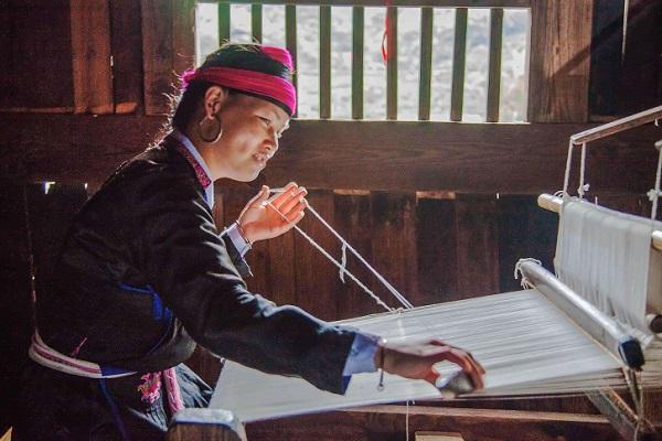 畲族民间工艺文化--纺纱织布工艺,随着社会生产力的发展,已没有畲民用手摇纺纱机纺线,也没有人再穿着自纺土布。但用土制织布机织布的工艺还在少数村落中流传下来。