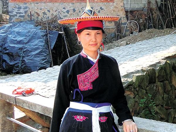 畲族民间工艺文化--从前的花斗笠是畲族妇女外出劳作、赶集或走亲访友时的遮阳工具,后来在时代的演变中它变得越来越精致,设计考究,技艺精湛,美观大方,便渐渐成为了畲族姑娘的陪嫁品之一。