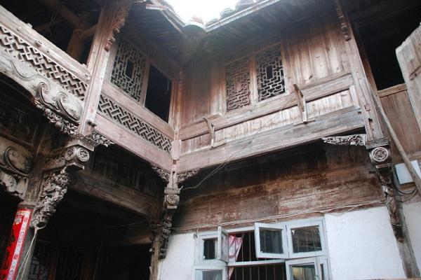 畲族民间工艺文化--木刻工艺,在畲族民间,现今还散存着一定量的木刻工艺装饰品,多用于装饰木制家俱(如桌、椅、床等),亦有少量残存于木构建筑之中。